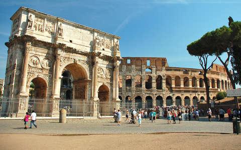 Constantinus diadalíve, háttérben a Colosseum