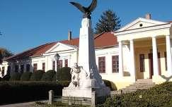 Szarvas - I.vh-s Hősi emlékmű, háttérben a Mittrovszky kastély.  fotó: Kőszály
