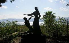 Feltámadása után Jézus itt adta át Péternek a pásztorbotot. Háttérben a Galileai tenger  Izrael