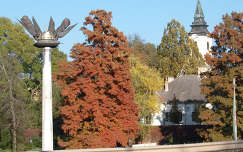 Szarvas - Ezredéves Emlék emlékmű - háttérben a Bolza kastély és az Ó  evangélikus Templom - ősszel.  fotó: Kőszály