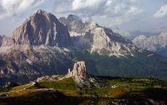Dolomitok, Olaszország. Látvány a Nuvolauról, előtérben a Cinque Torri (Öt Torony).