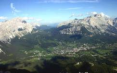 Cortina d'Ampezzo a Tofana-hegyről. Dolomitok, Olaszország.