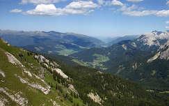 Dél-Tirol, Olaszország. Balra az Alpok, jobbra a Dolomitok vonulata.