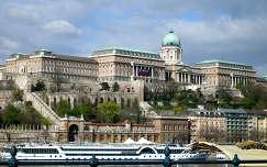 Magyarország, Budapest, Budai vár, és alatta a felújításra váró Várkert bazár épülete