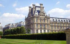 Franciaország, a Louvre egyik szárnya