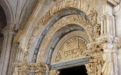Bélletes kapu, templom bejárata