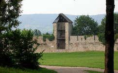 Siklósi Vár - Őrtorony, háttérben: a Tenkes hegy