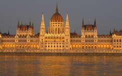Budapesti Parlament az új díszkivilágítással