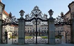 Magyarország, Fertőd, az Esterházy-kastély kovácsoltvas kapuja