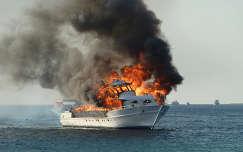 Égő hajó a Vörös tengeren