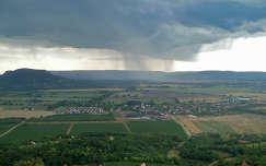 Esőefelhők Csobánc várához félúton