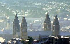 Pécsi havas panoráma a Székesegyházzal
