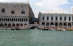 A Dózse palota, a Sóhajok hídja és a börtön. Velence, Olaszország
