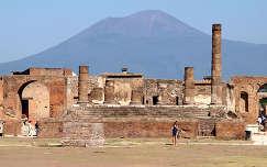Olaszország,Pompei romjai,háttérben a Vezúvval