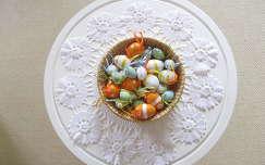 Húsvéti kosár tojásokkal
