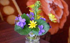 tavaszi virág gólyahír ibolya vadvirág virágcsokor és dekoráció