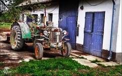 Az öreg veterán jármű. Traktor. Készült: Makón.