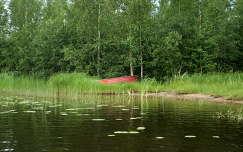 Finnország -csónak a tóparton