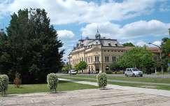 Szarvas- Fő tér - háttérben az Árpád Szálló-étterem -fotó: Kőszály