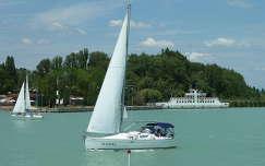 Balatoni hangulat a tihanyi kikötővel a háttérben.