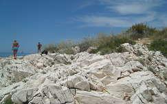 Zeèevo, fehér sziklák, kék ég és a kék Adria, Horvátország