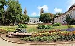 Magyarország, Pécs, Szent István tér, háttérben a Székesegyház