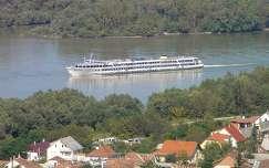 Hajó az esztergomi Duna szakaszán,Fotó:Szolnoki Tibor