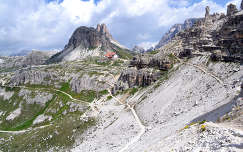 Hegyi utak a Dolomitokban.