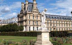 a Louvre oldalszárnya a Tuileriák kertjéből,Párizs,Franciaország