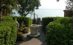 Parkrészlet, háttérben a Garda-tó.  Olaszország
