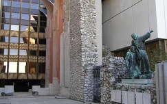 Budapest,Juliánus barát szobra a Hilton szálló udvarán