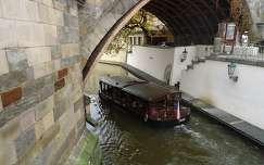 Sétahajó a Káröly-híd alatt,Prága