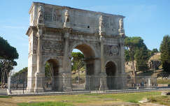 Róma-Constatinus diadalíve a Colosseum mellett