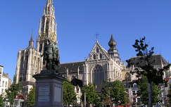 Antwerpeni dóm,előtte Rubens szobra,Belgium