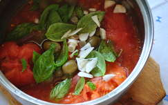 Paradicsomos- bazsalikomos- fokhagymás és olívabogyós szósz a tésztához