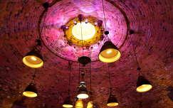 lámpások a Boch picészet Boch József tervei alapján készült lovagtermében, Villányban