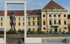 Budai vár Várszínház a Bethlen szoborral,Budapest