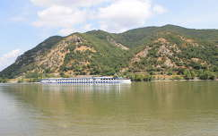Dömös, Budapest felé tartó hajó a Dunán