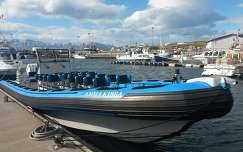 Bálnanéző hajók Húsavik kikötőjében Izlandon