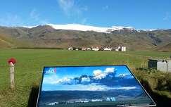 Gazdaság a vulkán tövében. A gazda fényképpel emlékeztet a 2010. április 14-én történt (és általa átélt) kitörésre.