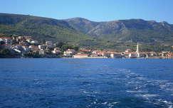 Jelsa városa a tenger felől ( Hvar sziget)