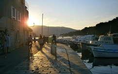 Esti sétálók Stari Grad partjánál