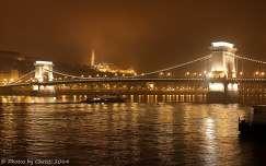 Magyarország, Budapest, Lánchíd és a Mátyás templom, ködben