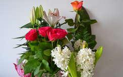névnap és születésnap jácint virágcsokor és dekoráció rózsa liliom