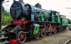1917-ben,Floridsdorf-ban gyártott SB/DV 109 sorozatú túlhevítős,síktűzszekrényes,Heusinger-Walschaert vezérmű rendszerű,940 LE teljesítményű gyorsvonati  gőzmozdony,Gödöllő állomáson,egy nosztalgia vonat élén 2014.04.21-én,Fotó:Szolnoki Tibor