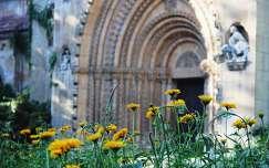 ajtó boltív nyári virág templom