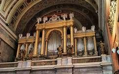 Az esztergomi Szent Adalbert Főszékesegyház 5 manuálos Mooser orgonája,melyet Ludwig Mooser épített 1856-ban,Salzburgban,eredetileg mechanikus csúszkaládás,3 manuálos és 49 regiszteres volt.A jelenlegi diszpozíció 146 regisztert tartalmaz,melyek 5 manuálo
