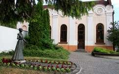 Kiskőrös - Szendrey Júlia szobra, háttérben a Zsinagóga