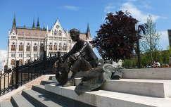 József Attila,  háttérben a Parlament