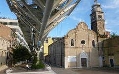A People Mover acélvázas pályája a Chiesa di Sant'Andrea Apostolo mellett, Velence